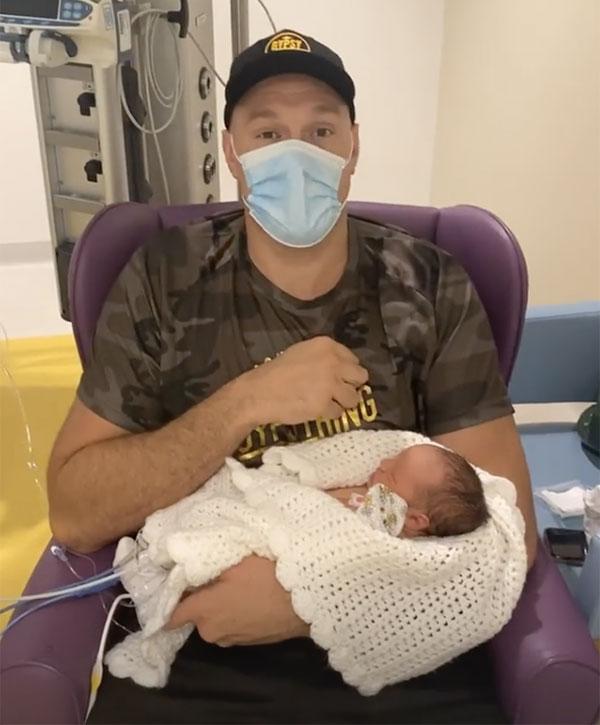 Võ sỹ Tyson Fury bế cô con gái mới chào đời. Ảnh: Instagram.