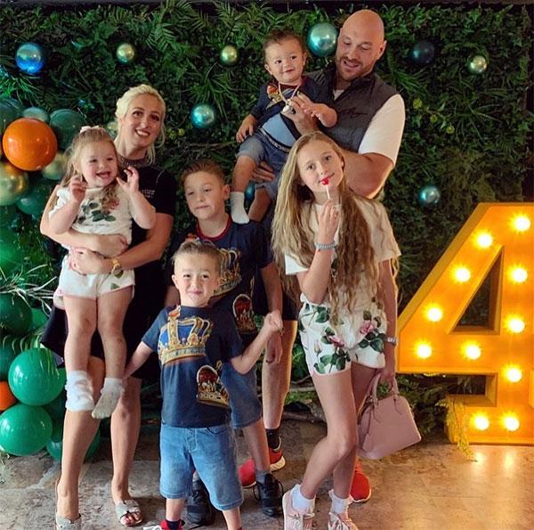 Vợ chồng võ sĩ 32 tuổi bên 5 đứa con. Ảnh: Instagram.