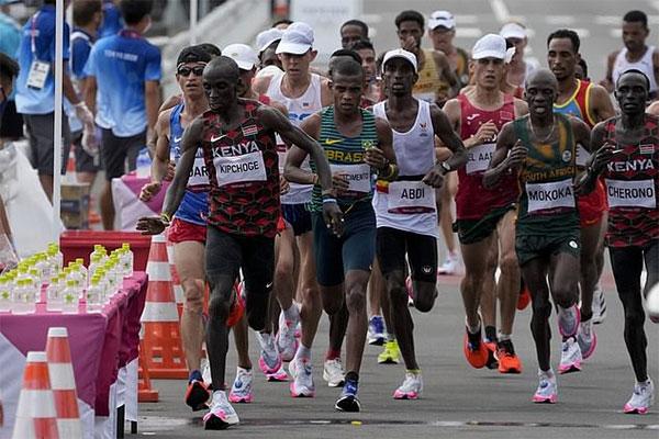 Kipchoge (hàng đầu ngoài cùng bên trái) bảo vệ được tấm hC vàng Olympic. Ảnh: AP.