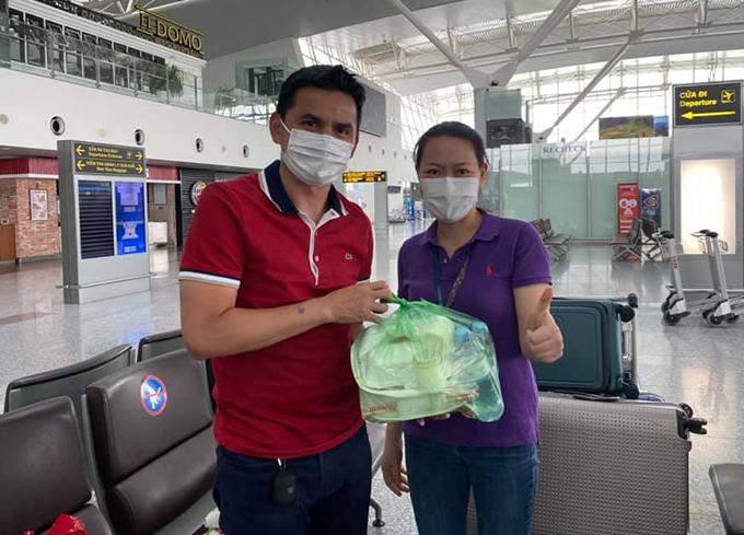 HLV Kiatisuk được nhân viên sân bay Nội bài tiếp tế đồ ăn trưa 9/8. Ảnh: KS.