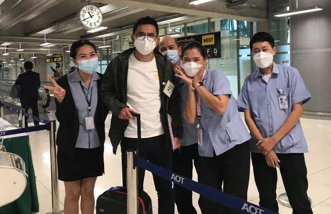 HLV Kiatisuk chụp ảnh cùng người hâm mộ tại sân bay Suvarnabhumi, Bangkok trưa nay 10/8. Ảnh: KS.