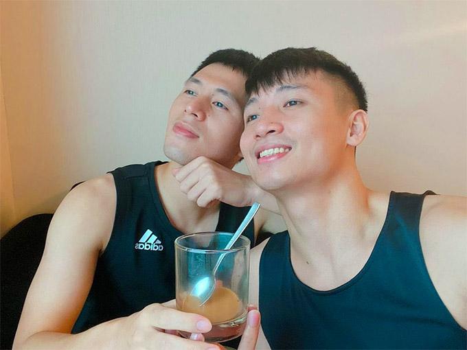 Đình Trọng, Bùi Tiến Dũng uống cafe, chụp ảnh sống ảo trong phòng khách sạn khi tuyển Việt Nam cấm trại.