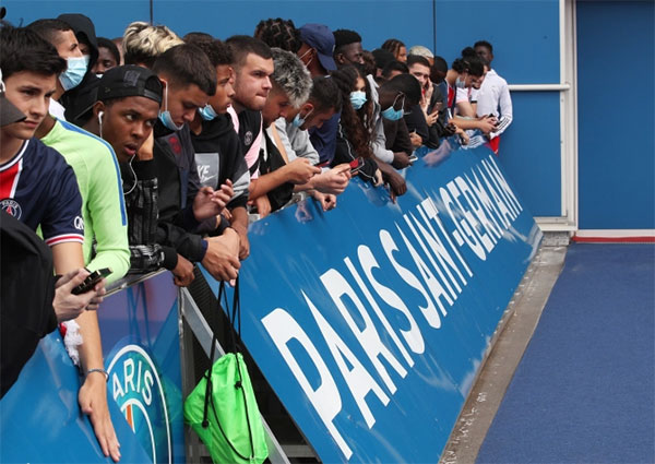 Fan xếp hàng bên ngoài sân Parc des Princes chờ đón Messi hôm 9/8 sau khi có tin anh sang Paris ký hợp đồng với PSG. Ảnh: Reuters.