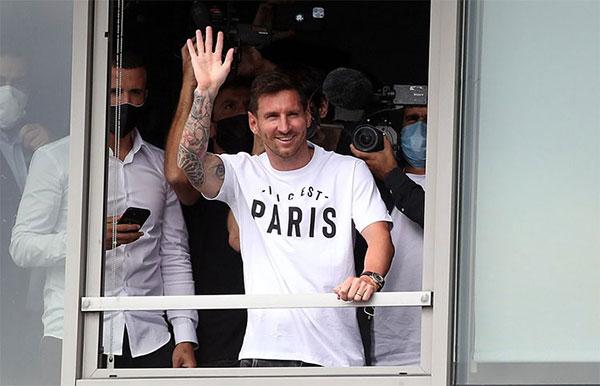 Messi vẫy chào người hâm mộ Pháp tại sân bay khi tới Paris hôm 10/8. Ảnh: Reuters.