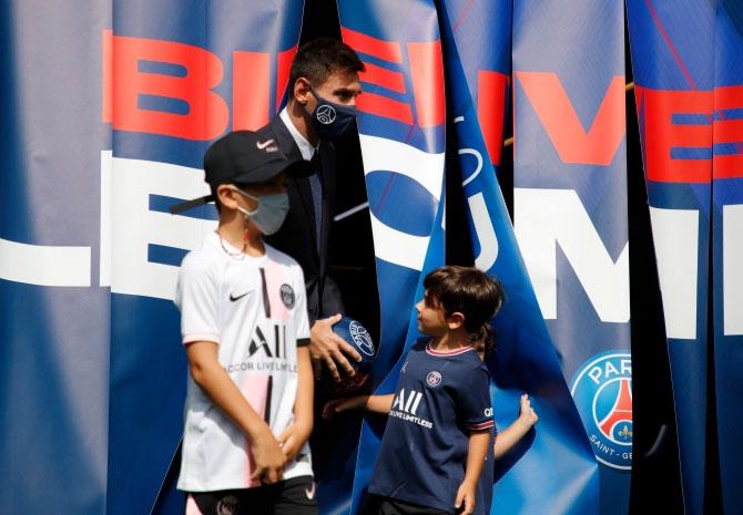 Ba cậu nhóc Thiago, Mateo và Ciro cũng cùng bố ra sân Công viên các hoàng tử trong ngày Messi ra mắt CLB mới. Trong khi hai cậu em chọn mặc áo xanh truyền thống của PSG, anh cả Thiago lại mặc áo trắng. Cả bốn mẹ con đã cùng Messi tới buổi họp báo ít phút trước đó nhưng đứng sau ống kính.