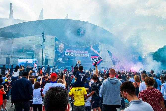 Hàng nghìn fan tụ tập bên ngoài sân mong chờ sự xuất hiện của Messi. Hai ngày trước, khi có tin tiền đạo 34 tuổi sẽ sang Paris ký hợp đồng, CĐV PSG cũng đã đổ về sân bay và sân Parc des Princes nhưng hôm qua mới được tận mắt thấy thần tượng.
