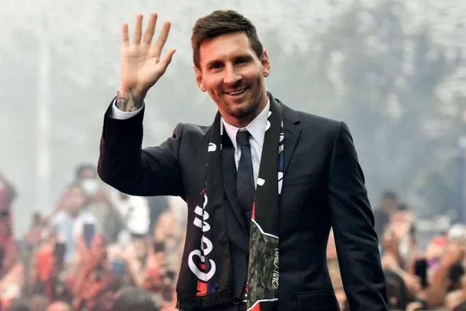 Messi tươi cười vẫy chào các fan PSG nơi anh sẽ gắn bó hai năm tới. Tôi rất vui. Tất cả các bạn đều biết việc tôi rời Barcelona và đó là khoảnh khắc khó khăn sau nhiều năm. Thật sự đó là sự thay đổi không hề dễ chịu sau thời gian dài nhưng khi đặt chân đến đây tôi cảm thấy hạnh phúc và tôi thực sự muốn bắt đầu tập ngay. Tôi muốn làm việc với ban huấn luyện và các đồng đội để bắt đầu chương mới trong cuộc đời, Messi thổ lộ.
