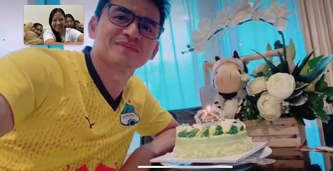 HLV Kiatisuk trò chuyện video với vợ con sau khi nhận bánh và hoa. Ảnh: KS.