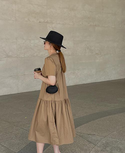 Đầm hạ eo với tông nâu phù hợp với nhiều lứa tuổi. Phụ kiện đi kèm trang phục có thể là các mẫu túi xách, giày tôn trắng kem hoặc đen.