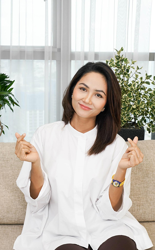 Sử dụng sơ mi trắng như HHen Niê vừa đơn giản vừa giúp chị em văn phòng nhanh chóng có được hình ảnh thanh lịch khi làm việc online.