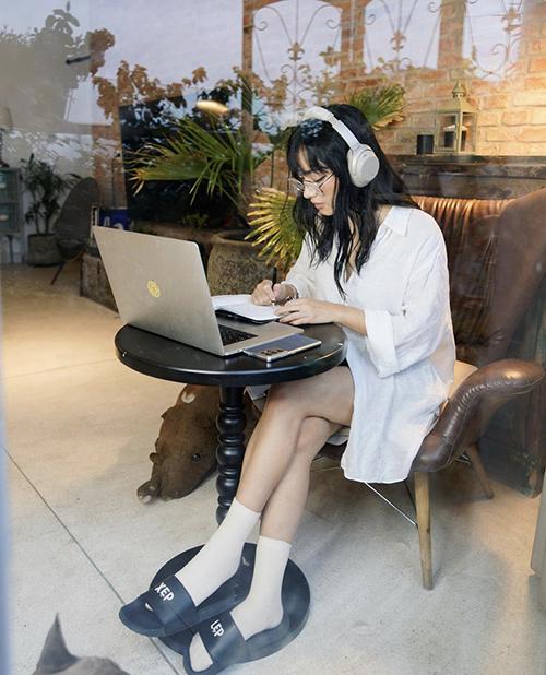 Khi họp online, các nàng thích sự thoải mái chỉ cần chọn các kiểu sơ mi dáng rộng để mix cùng short hoặc chân váy như Châu Bùi.