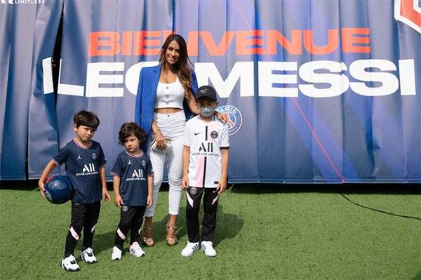 Bà xã Antonella và ba con trai trên sân Công viên các hoàng tử ở Paris trong buổi ra mắt PSG của Messi. Ảnh: PA.