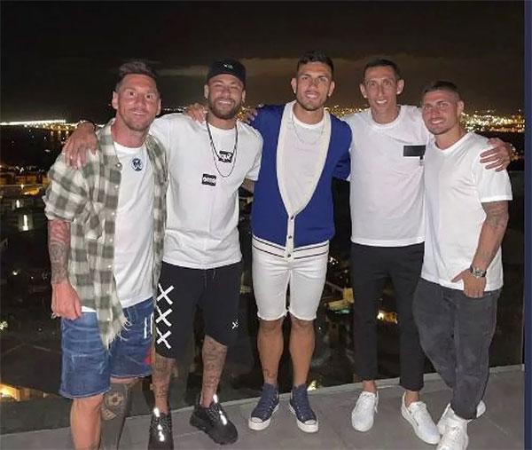Messi chụp ảnh thân thiết cùng nhóm cầu thủ PSG gồm Neymar, Paredes, Di Maria và Verratti trong kỳ nghỉ ở Ibiza tháng trước. Ảnh: Instagram.