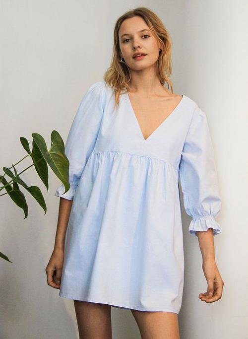 Đầm không kén dáng là trang phục phổ biến ở mùa hè 2021, tuy nhiên không phải chị em nào cũng dễ dàng áp dụng các kiểu váy thùng thình. Khi chọn trang phục không hài hoà với hình thể, mẫu đầm oversize sẽ nuốt chửng vóc dáng nhỏ nhắn của người mặc.