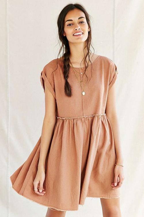 Vẫn dựa trên phom dáng của các mẫu đầm đề cao sự giải phóng hình thể, váy oversize dáng ngắn mang lại sự trẻ trung cho người mặc.