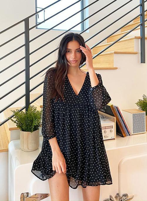 Trang phục ở nhà tránh dịch được thiết kế trên các chất liệu chiffon, lụa, cotton và linen để mang lại hình ảnh nhẹ nhàng cho phái đẹp.