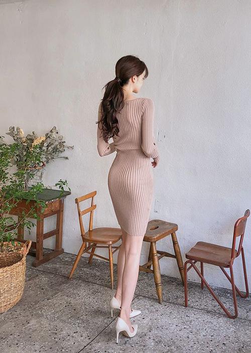 Chọn nội y hài hoà sẽ giúp các diện váy dệt kim mỏng của phái đẹp trở nên cuốn hút.