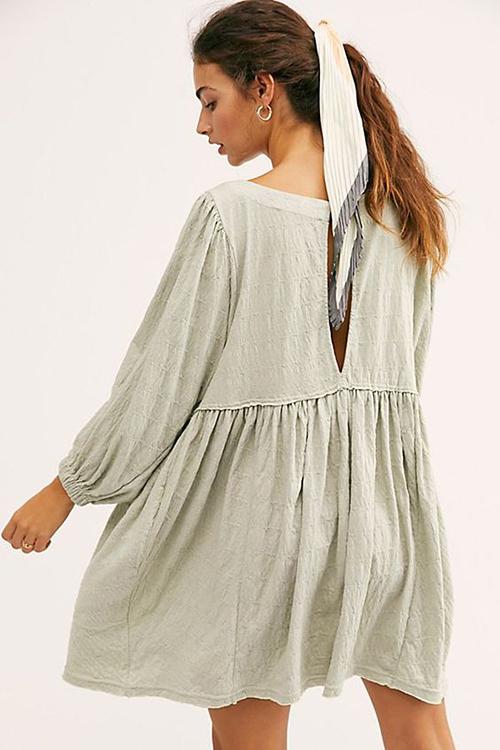 Váy liền thân, thiết kế cao qua gối giúp người mặc trở nên cao ráo hơn và vẫn có được sự tự do, thoải mái khi ở nhà.