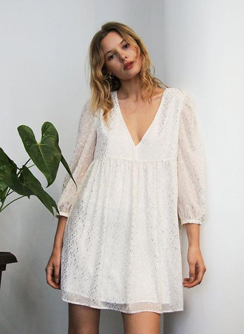Các bạn gái có chiều cao khiêm tốn vẫn có thể sử dụng đầm maix để sử dụng khi ở nhà. Nhưng nếu không muốn lọt thỏm trong váy áo thì các kiểu đầm ngắn lại là lựa chọn phù hợp hơn.