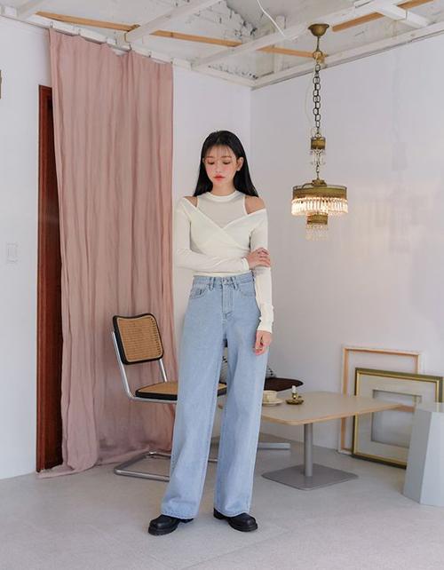 Quần jeans ống suông mang hơi hướng cổ điển, áo trắng dệt kim mỏng với kiểu cut-out độc đáo phù hợp với style hè - thu.