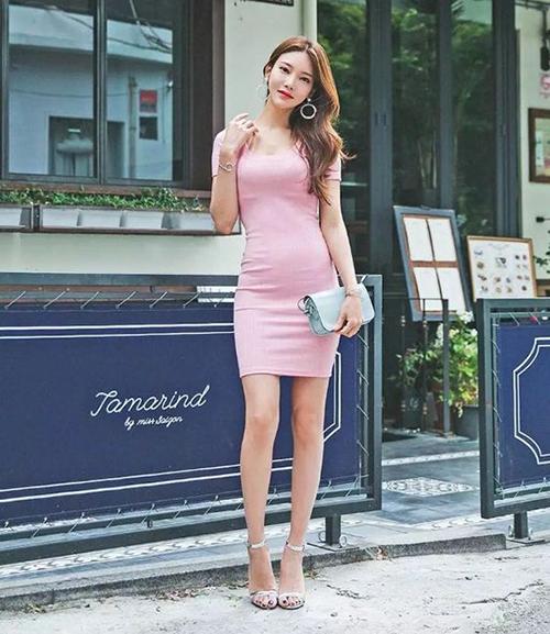 Chọn váy ôm không khéo đôi khi sẽ khiến bạn gái để lộ vài nhược điểm nhỏ ở vòng eo.