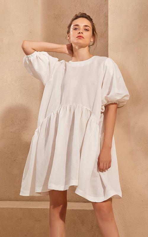 Lấy cảm hứng từ phong cách cổ điển, nhiều thương hiệu cho ra mắt các mẫu đầm tay bồng, vải trắng trang nhã.