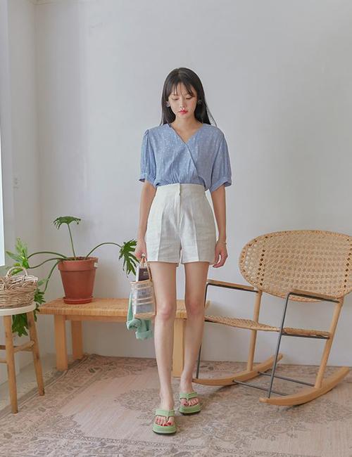 Để cách mix màu trắng - xanh không bị nhàm chán, các nàng có thể sử dụng thêm nhiều kiểu áo blouse tay ngắn, in hoa nhí xinh xắn.