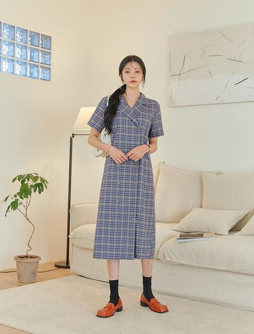 Khi cần làm việc với các đối tác, thay vì váy hoa quen thuộc, các nàng có thể chọn những mẫu đầm đơn sắc, trang phục ca rô.