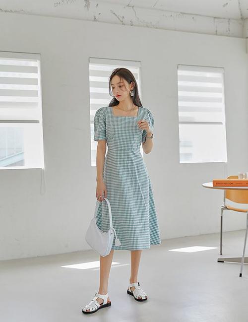 Đầm ca rô trên chất liệu cotton vừa thoáng mát vừa mang lại sự trẻ trung và không kém phần thanh lịch cho bạn gái phía Nam.
