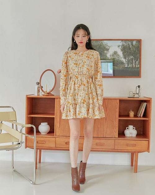 Những cô nàng thích mặc điệu có thể tham khảo các kiểu váy hoa ảnh hưởng phong cách classic, retro với chi tiết tay bồng, bèo nhún.