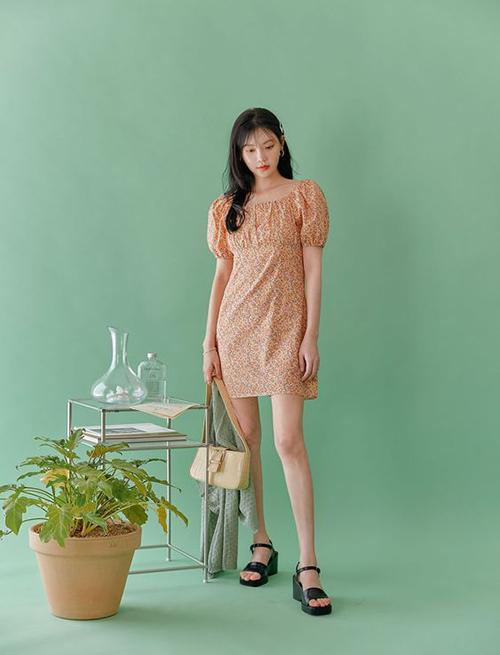 Váy hoa dáng ngắn thiết kế trên vải chiffon lụa hữu ích khi làm việc online và tranh thủ làm việc vặt, dọn dẹp nhà cửa trong mùa dịch,