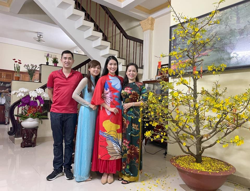 Mẹ của Phương Anh mong muốn con tiếp tục học lên cao giống anh chị. Á hậu cho biết sẽ cân nhắc ý kiến này của mẹ sau khi hoàn thành hai nhiệm kỳ Á hậu Việt Nam.