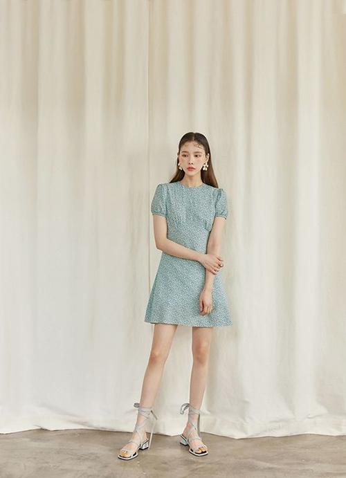Đối với các bạn gái phải làm việc từ xa trong mùa dịch, trang phục không cần quá cầu kỳ nhưng vẫn phải đảm bảo sự chỉn chu để thể hiện tác phong chuyên nghiệp.