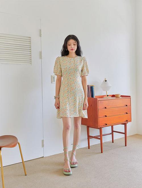 Cách chăm chút cho đầu tóc, váy áo cũng phần nào thể hiện được sự nghiêm túc và bài bản của các nàng công sở khi làm việc online.