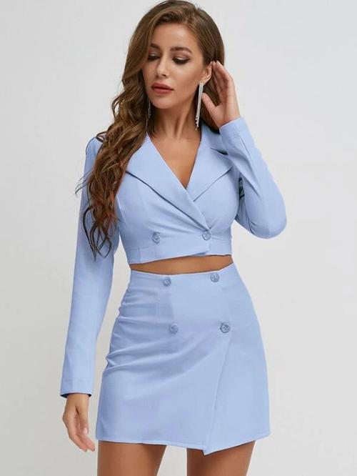 Áo kiểu áo jacket cổ vest được biến hoá đa dạng từ dáng freesize đến ôm body để phù hợp với sở thích của từng bạn gái.