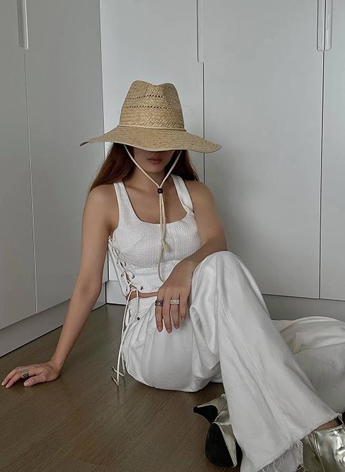 Diện nguyên set đồ trắng với điểm nhấn là áo ba lỗ kiểu dáng hợp trend là phong cách được Yến Trang và một số fashionista Việt lăng xê ở mùa hè - thu.