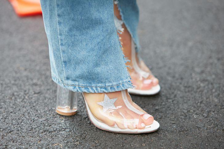 Giày nhựa trong Các cô gái thời thượng đã đi giày nhựa trong từ vài năm nay, nhưng bạn không nên sử dụng chúng thường xuyên. Lý do là chất liệu nhựa dẻo gây bí hơi, tích tụ mồ hôi và vi khuẩn, gây ra tình trạng đau bàn chân, thậm chí viêm tấy ở kẽ ngón chân.
