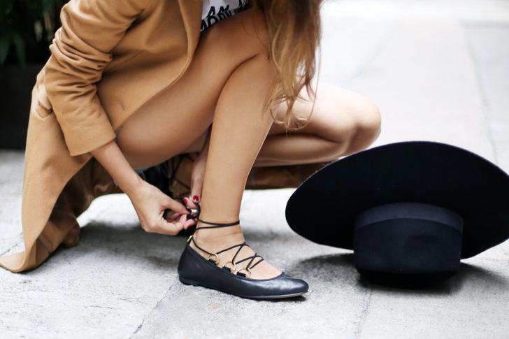 Giày ballet Không phải loại giày đế bệt nào cũng là lựa chọn tốt. Giày ballet có đế rất mỏng, không cung cấp đủ sự hỗ trợ cho bàn chân, gây ra các vấn đề về đầu gối và lưng.