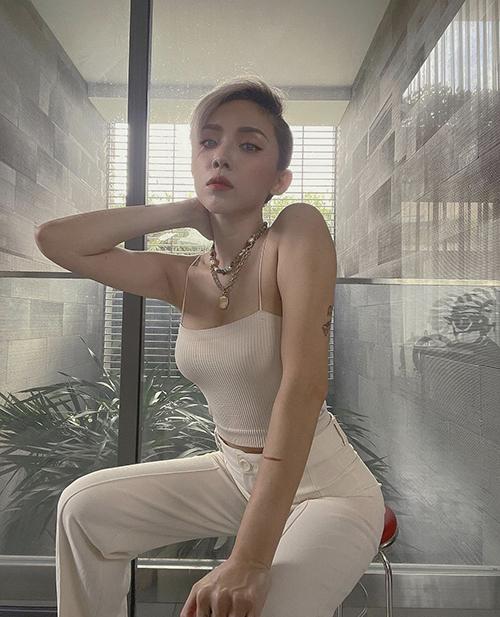 Áo thun trắng với nhiều kiểu dáng đề cao vẻ đẹp sexy được Tóc Tiên và dàn sao Việt ưa chuộng trong mùa này. Đây cũng là món đồ dễ mặc và phù hợp với tiết trời mùa này khi ở nhà tránh dịch.
