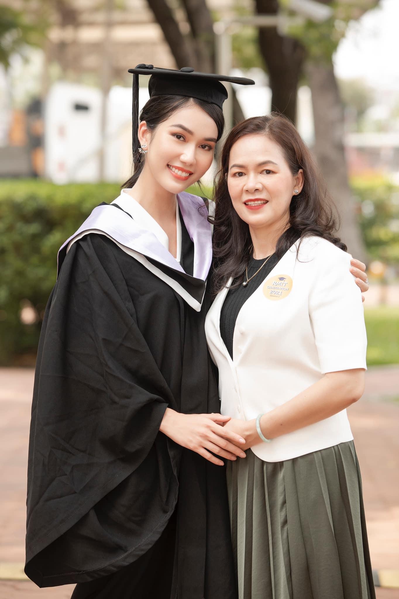 Á hậu Việt Nam bày tỏ sự may mắn khi được sinh trưởng trong một gia đình đề cao giáo dục. Mẹ của cô