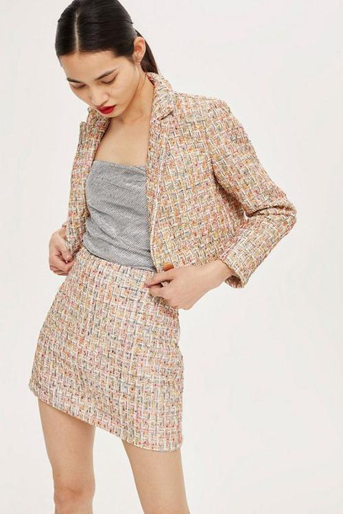 Vải tweed được dùng để mang tới bộ trang phục sexy phù hợp với thời điểm chuyển mùa hè - thu.