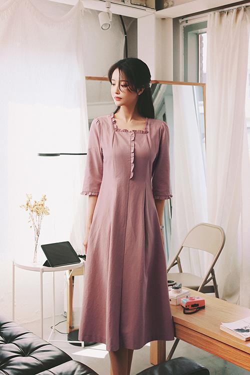 Nếu ngại mang tiếng quá diêm dúa và rườm rà khi diện váy bèo nhún thì các nàng có thểm tham khảo đầm dáng dài trang trí đường xếp nếp tinh tế cho cổ áo, ống tay.