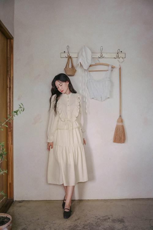 Đầm trắng thanh nhã dành riêng cho các tín đồ của dòng thời trang cổ điển. Giữ nguyên phom dáng áo xếp bèo nhún của váy calssic, các nhà mốt mang tói mẫu đầm dễ ứng dụng trong nhiều bối cảnh.