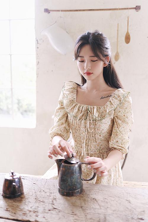Đầm cổ điển in hoa nhí với gam màu tươi sáng vừa đủ, không quá chói mắt những vẫn tạo nên nét trẻ trung cho người mặc.