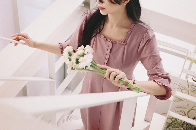 Váy đơn sắc không còn đơn điệu bởi kỹ thuật cắt may tỉ mỉ, trang trí cho đường viền quanh cổ áo, tay áo thêm nét nữ tính.