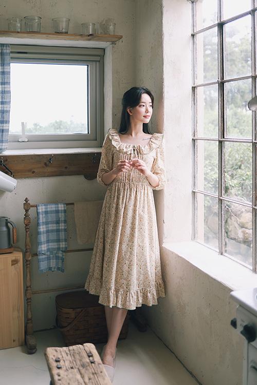 Các mẫu váy hoa nhẹ nhàng từ hoạ tiết cho đến chất liệu sẽ giúp phái đẹp xây dựng hình ảnh lãng mạn theo đúng phong cách tiểu thư.