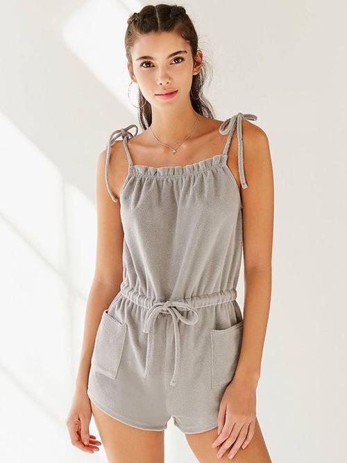Đồ mặc ở nhà thêm phần phong phú bởi các thiết kế vải thun, hai dây, jumpsuit tôn nét sexy cho phái đẹp.