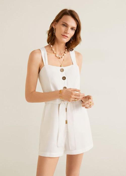 Cotton và linen là hai chất liệu phổ biến, thường được chọn lựa để tạo nên các mẫu jumpsuit tôn chân thon và dễ mặc khi ở nhà.