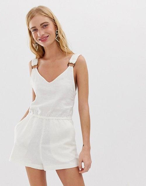 Jumpsuit với thiết kế quần short gợi cảm là một trong những trang phục phù hợp khi ở nhà tránh dịch.