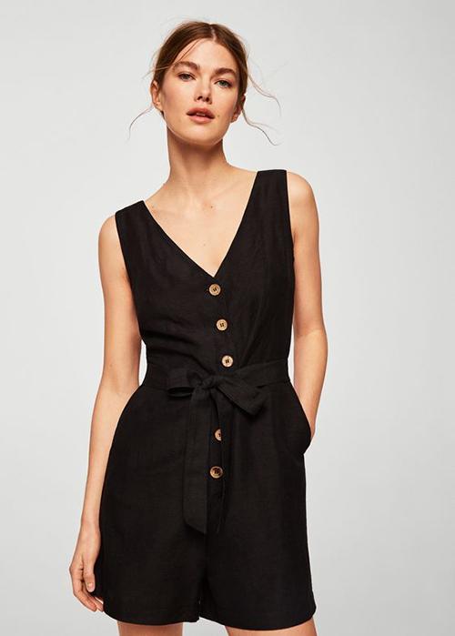 Trên phom dáng cơ bản của các mẫu jumpsuit ngắn, nhiều nhà mốt thêm vào chi tiết đai lưng vải, thắt nơ để tăng độ nữ tính cho người mặc.
